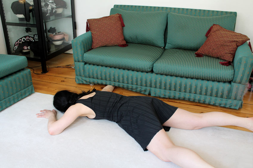 Dosenöffner beim Bälleangeln unter dem Sofa